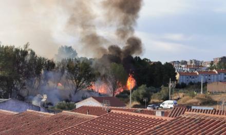 Un incendio cerca de la residencia San Nicolás de Bari pone en alerta a los vecinos de Coria