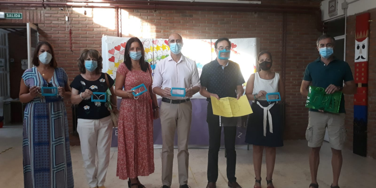 Zafra entrega mascarillas transparentes para facilitar la enseñanza a niños con discapacidad auditiva
