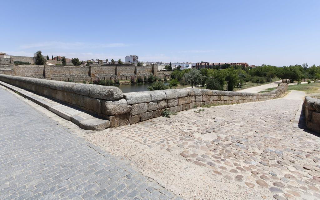 Este lunes arrancan las obras del descendedero del Puente Romano de Mérida