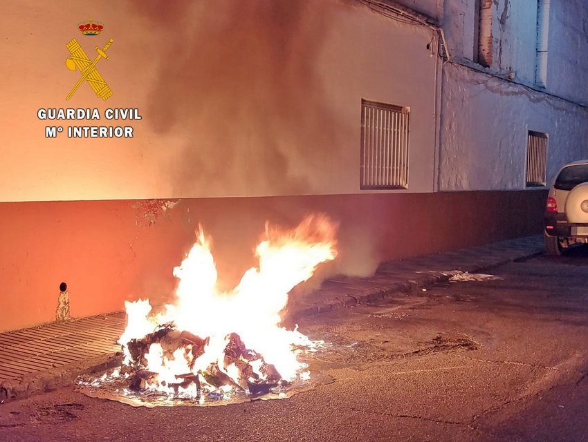 Acusan a un vecino de Santa Amalia de quemar quince contenedores