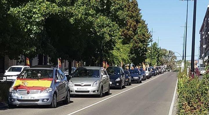 Decenas de vehículos protestan en Coria por la gestión del Gobierno Central frente a la Covid