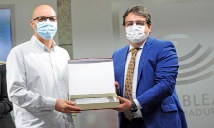 Un vecino de Moraleja recibe un homenaje en la Asamblea por ser un donante de sangre destacado