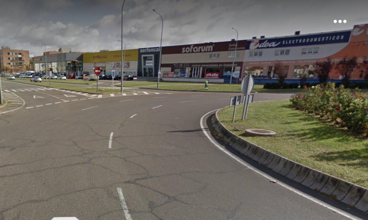 Dos personas heridas en un accidente de moto en una rotonda en Mérida