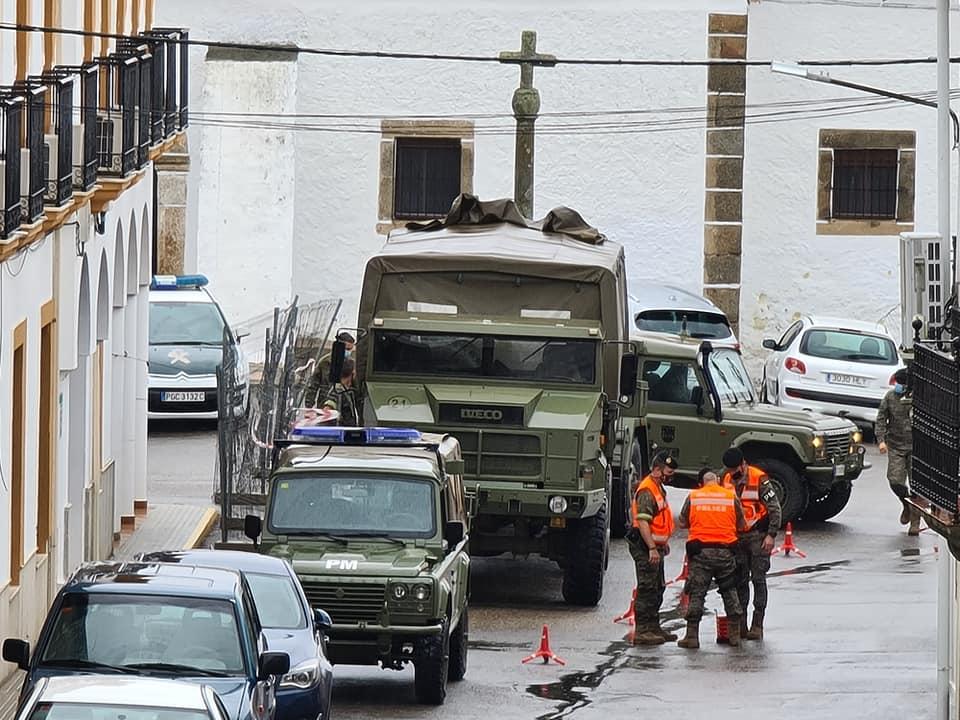Militares desinfectan los Pisos Tutelados de Zarza la Mayor