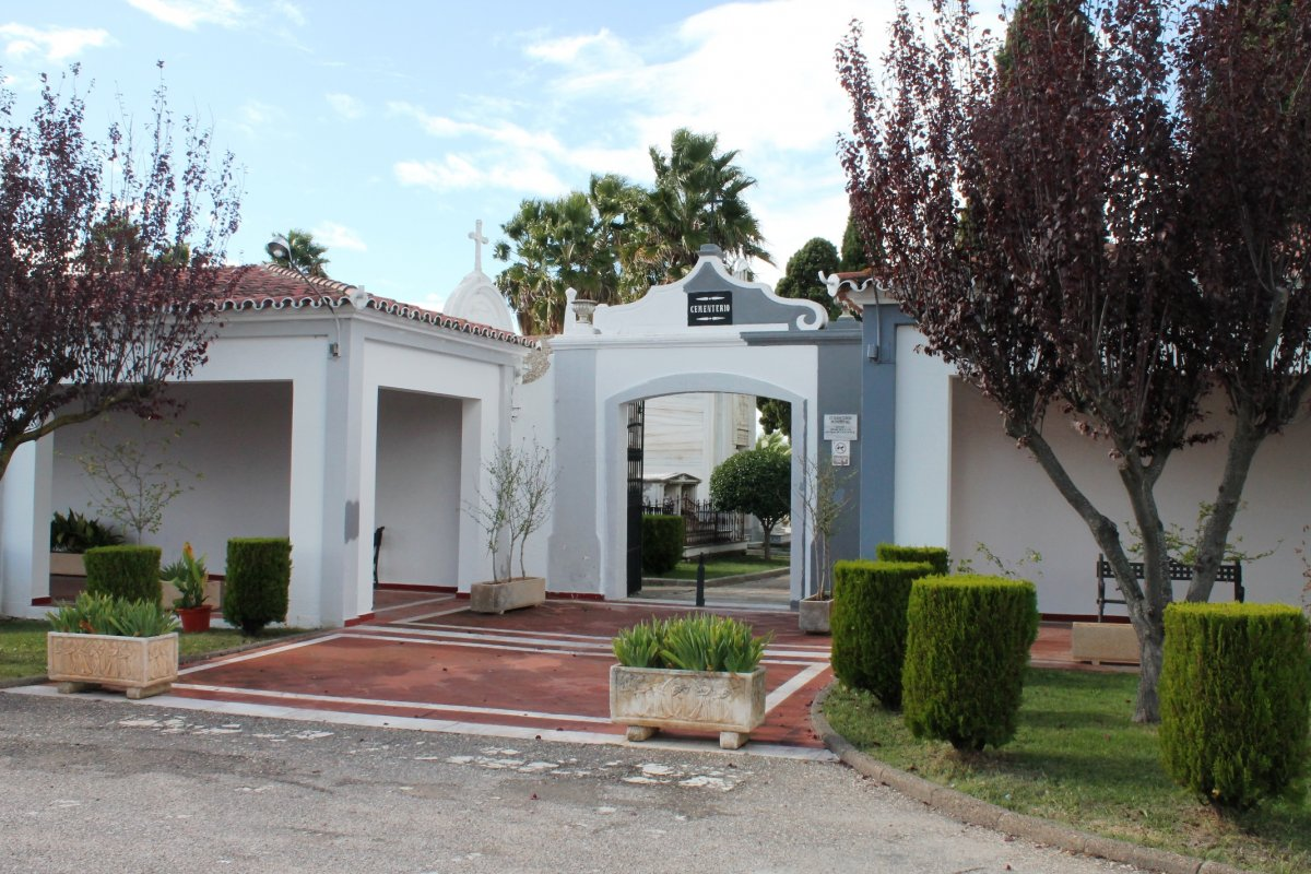 Olivenza limita el aforo de las visitas al cementerio y el acceso a la capilla