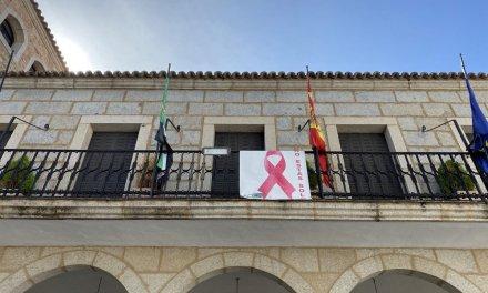 El Ayuntamiento de Coria luce un lazo rosa para luchar contra el cáncer de mama