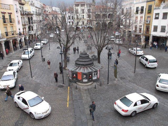 Plasencia firmará un convenio con los taxistas para facilitar el pago telemático