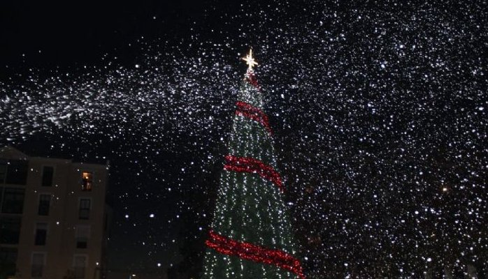 Un barrio de Coria anima a sus vecinos a decorar fachadas con motivos navideños