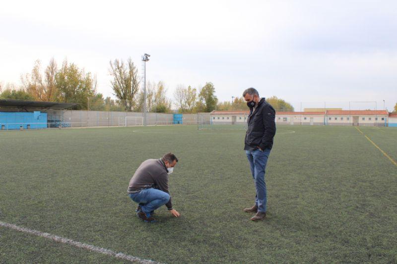 El Ayuntamiento de Coria mejorará el césped del campo de fútbol de La Isla