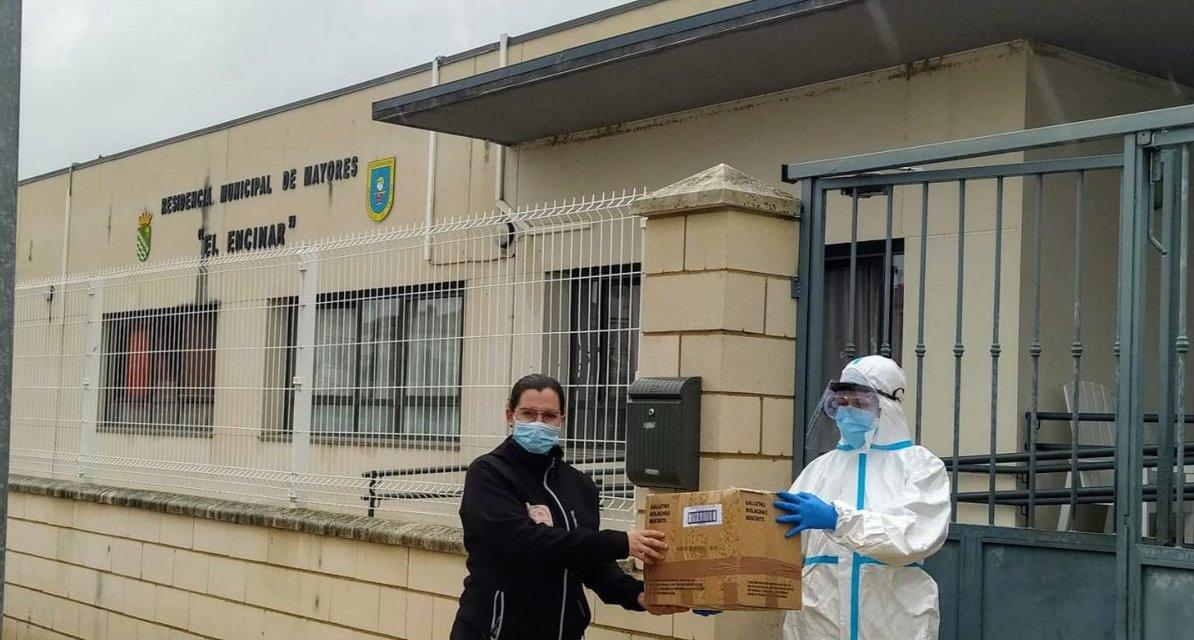 Un grupo de voluntarias de Hornachos entrega material sanitario a la residencia de Vegaviana