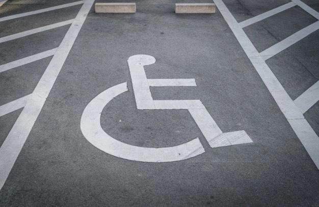 Aprobada la regulación de tarjetas de estacionamiento de movilidad reducida en Coria