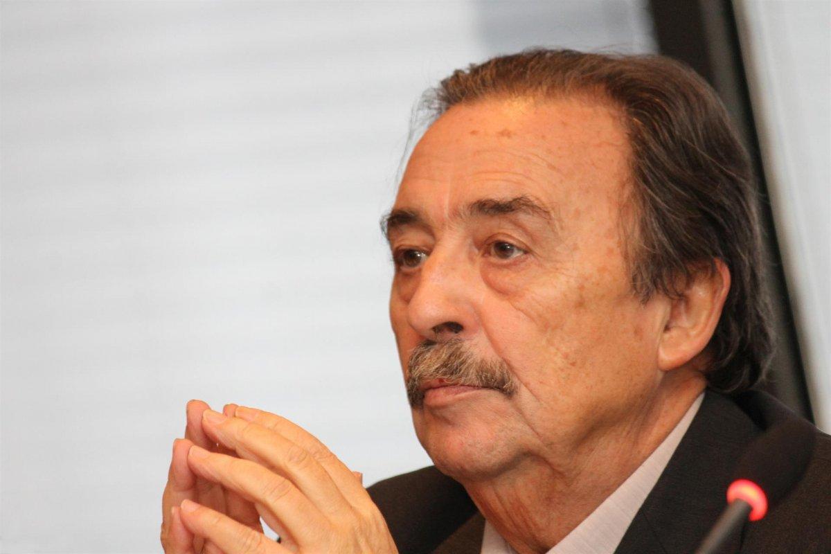 La familia del exselecionador Juan de Dios Román desmiente que haya fallecido
