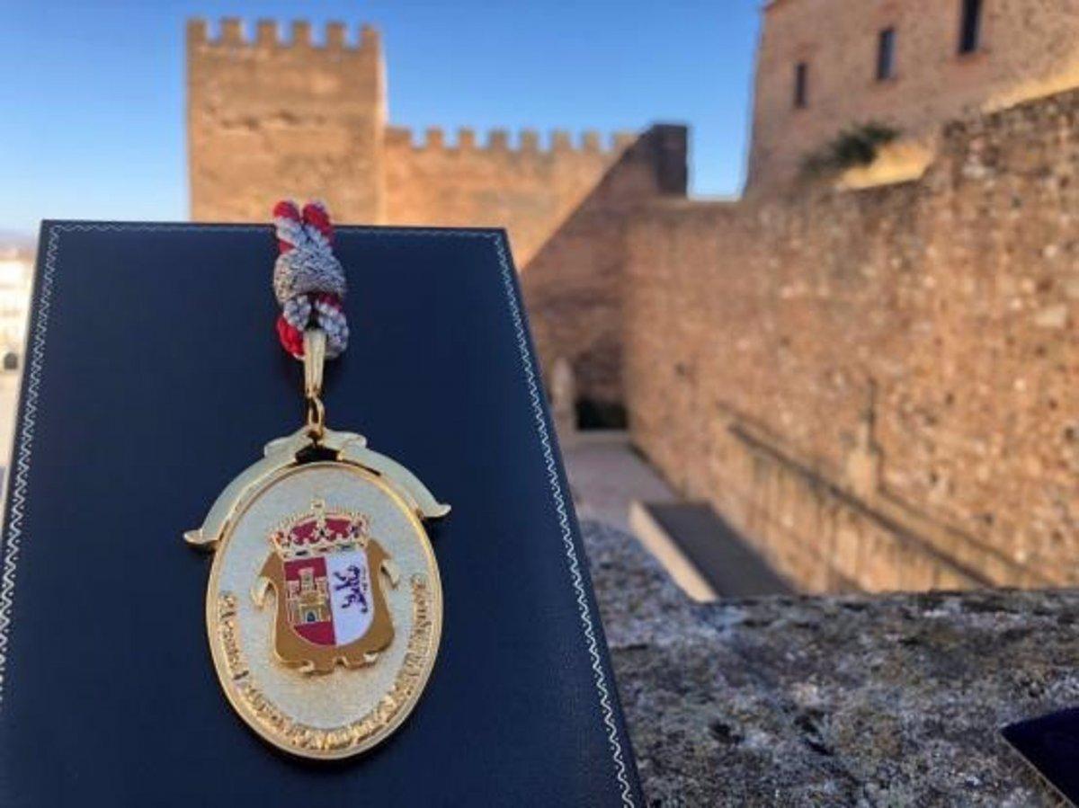 Una enfermera recoge la Medalla de Cáceres en nombre de todos los que luchan por el Covid