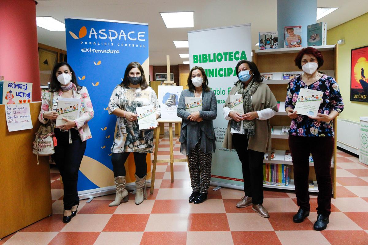 La biblioteca recibe libros sobre las barreras que padecen los niños con parálisis