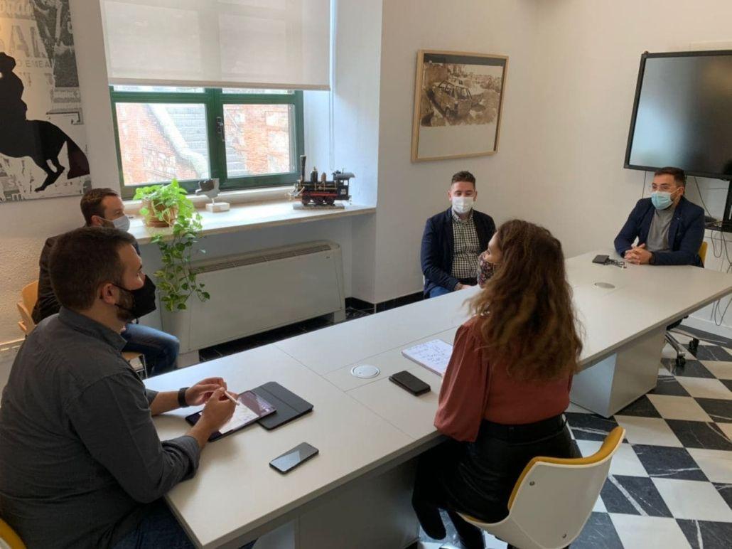 El alcalde de Cáceres aborda con jóvenes empresarios la creación de negocio