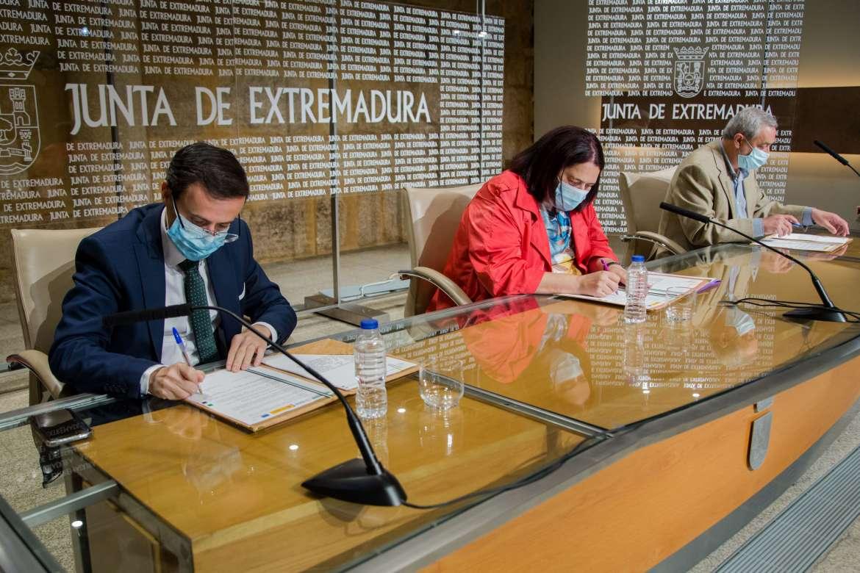 Junta y diputaciones firman un convenio para optimizar los caminos rurales