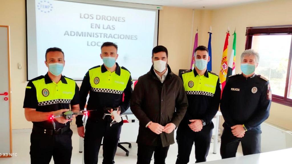 Policías de Córdoba se interesan por la Unidad Aérea de Plasencia