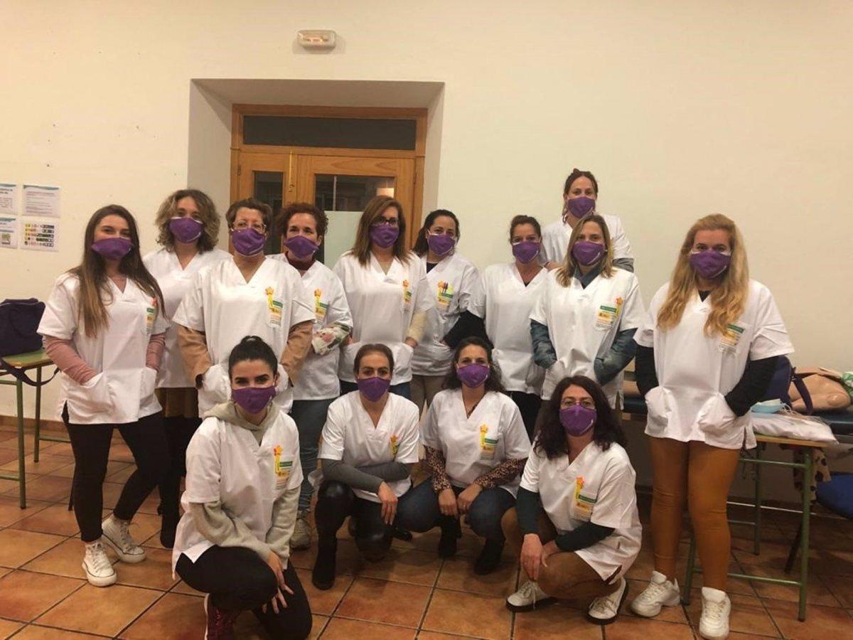Quince alumnas participan en un curso de atención sociosanitaria en Zalamea de la Serena