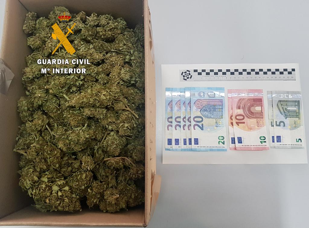 Detenido un vecino de Logrosán que llevaba en su vehículo 600 gramos de cogollos de marihuana