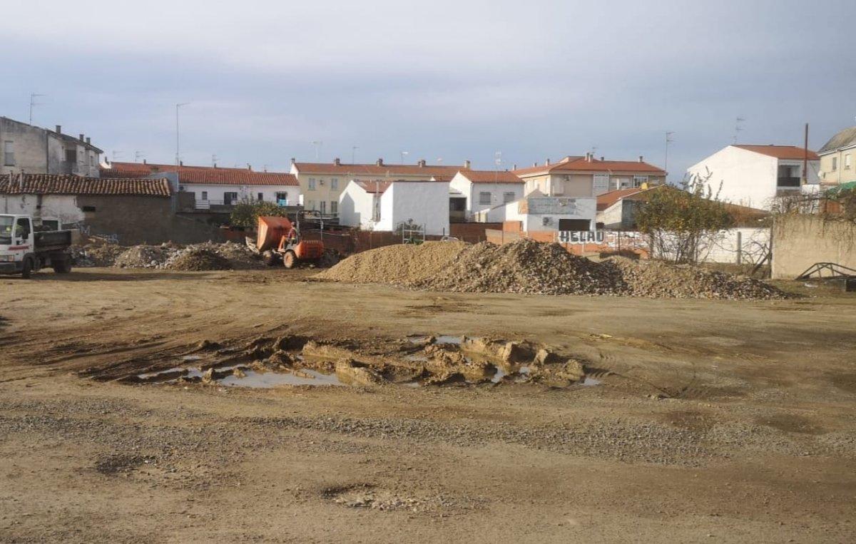 Denuncian el vertido de escombros en la travesía Jardines de Moraleja