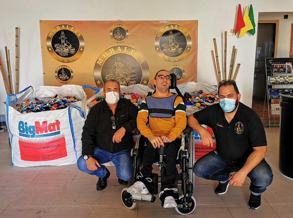 La Asociación Moraleja Biker entrega 700 kilos de tapones a un joven con parálisis cerebral