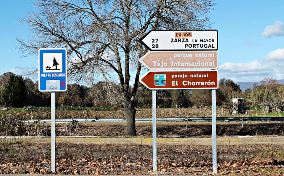 Moraleja instala nueva señalización para acudir al paraje natural de El Chorrerón
