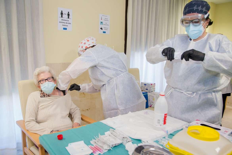 Mueren de Covid tres extremeños que ya habían sido vacunados, dos de ellos con la pauta completa
