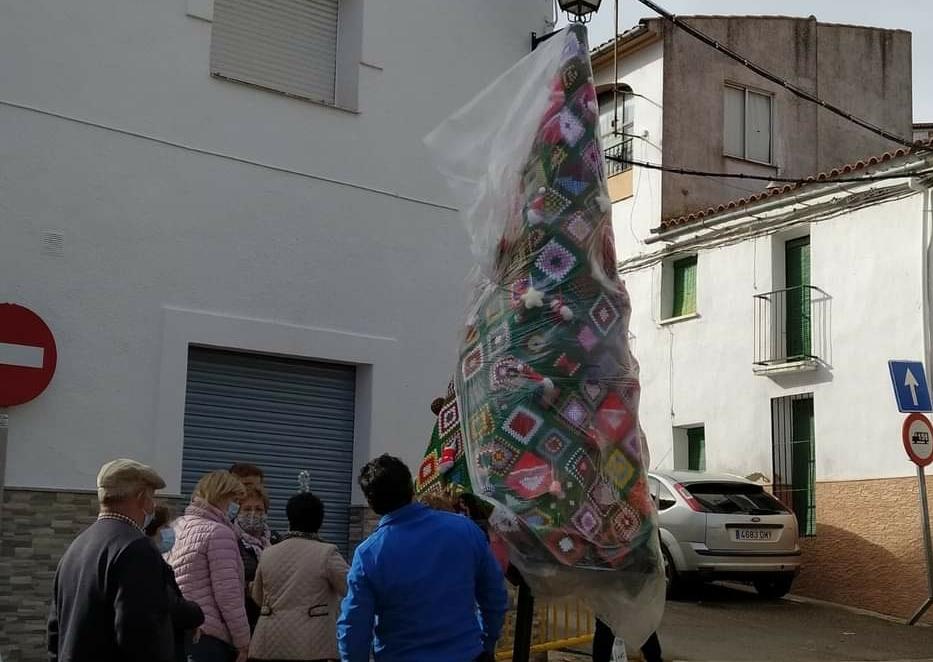 Varias mujeres de Torrejoncillo donan un árbol tejido a mano para decorar el pueblo