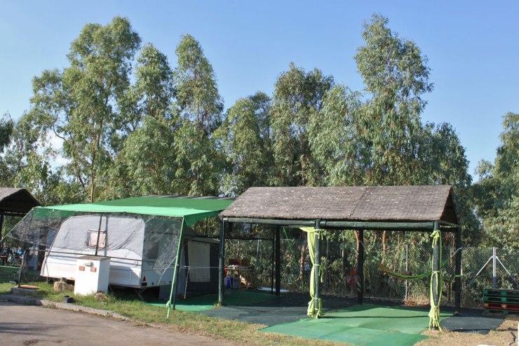 Un incendio en el camping de Orellana calcina una caravana y afecta a otras