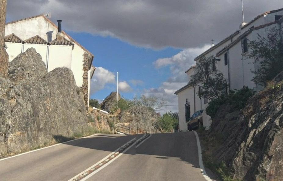 Dos ciclistas resultan heridos tras chocar contra un camión en Cáceres