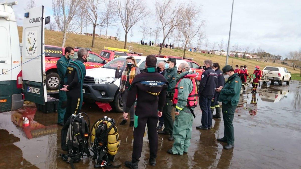 Fallecen tres trabajadores que limpiaban camalote al volcar una lancha en el río Guadiana en Badajoz