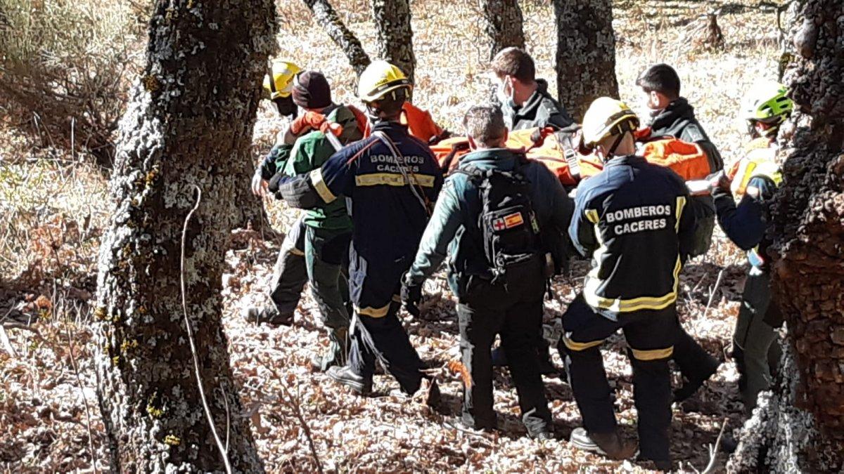 Los bomberos rescatan a una mujer herida en el paraje de La Chorrera de Hervás
