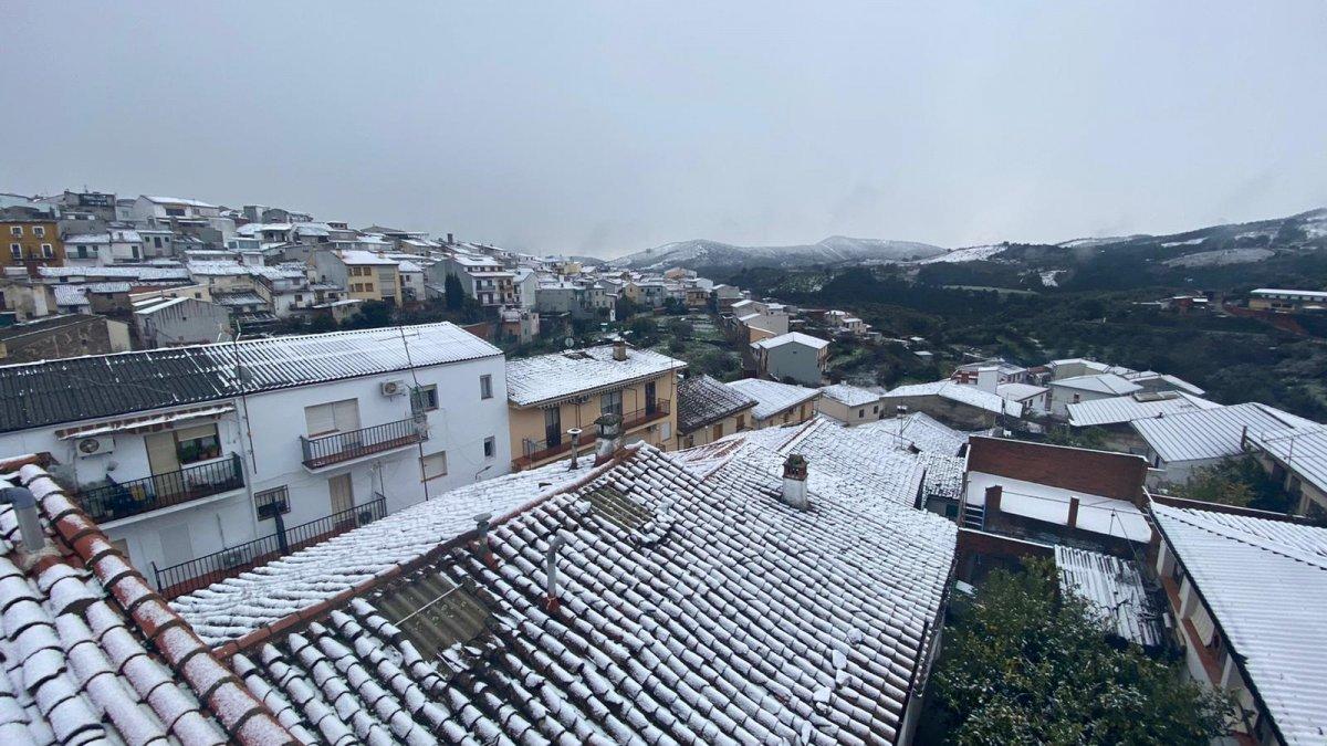 La nieve pinta de blanco Extremadura y genera complicaciones en carretera