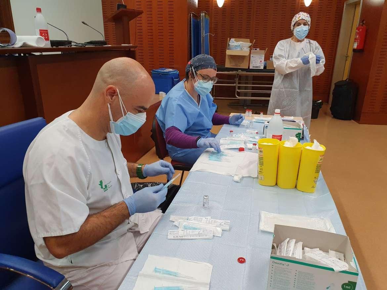 Extremadura ha puesto la primera dosis al 31% de los sanitarios que están trabajando