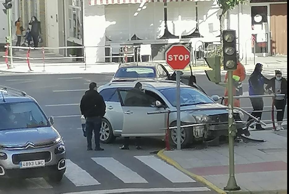 Un fallo en los semáforos provoca un accidente en la avenida de Pureza Canelo de Moraleja