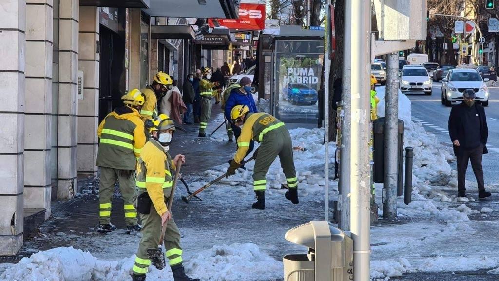 Operarios de la Brif de Pinofranqueado trabajan en la retirada de la nieve en Madrid