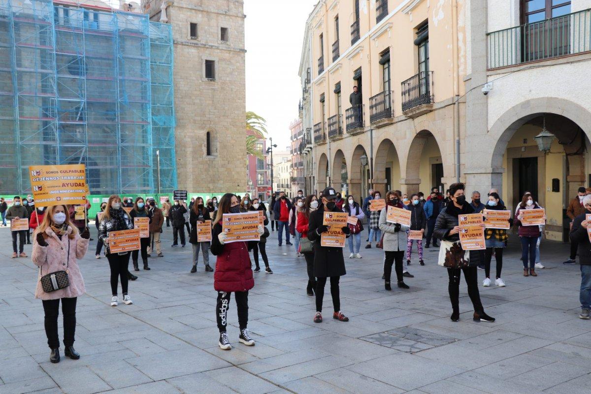 Empresarios y hosteleros de Villanueva de la Serena protestan por el cierre de sus negocios