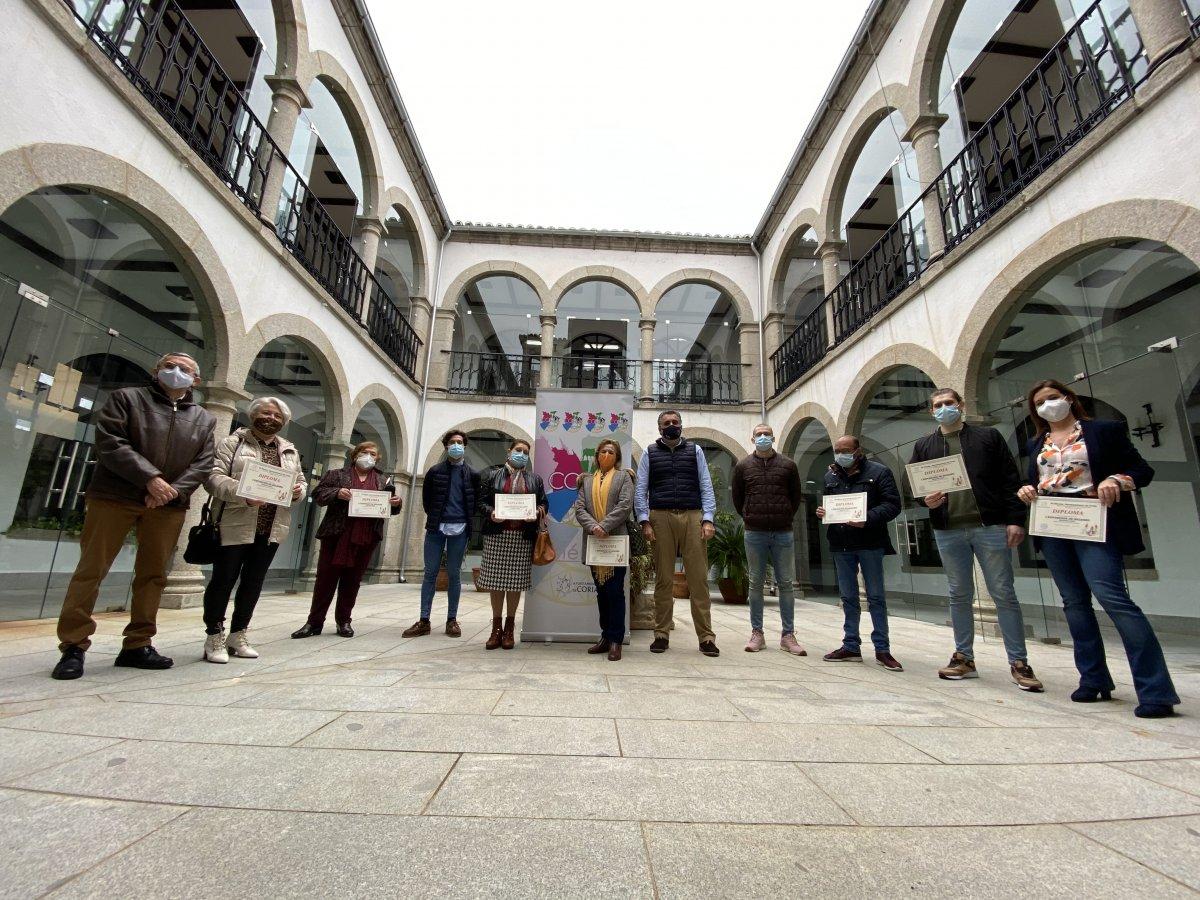 El alcalde de Coria entrega los diplomas a los participantes en la muestra de belenes
