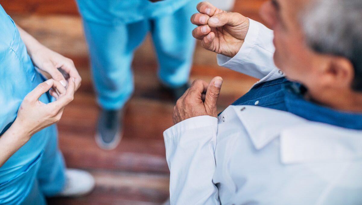 Veinte médicos jubilados de Cáceres ofrecen su ayuda ante la grave situación que deja la Covid