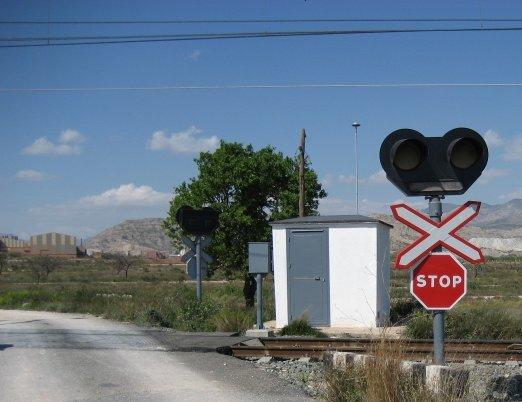 El tren Atocha-Santa Justa arrolla en un paso a nivel un turismo conducido por un joven