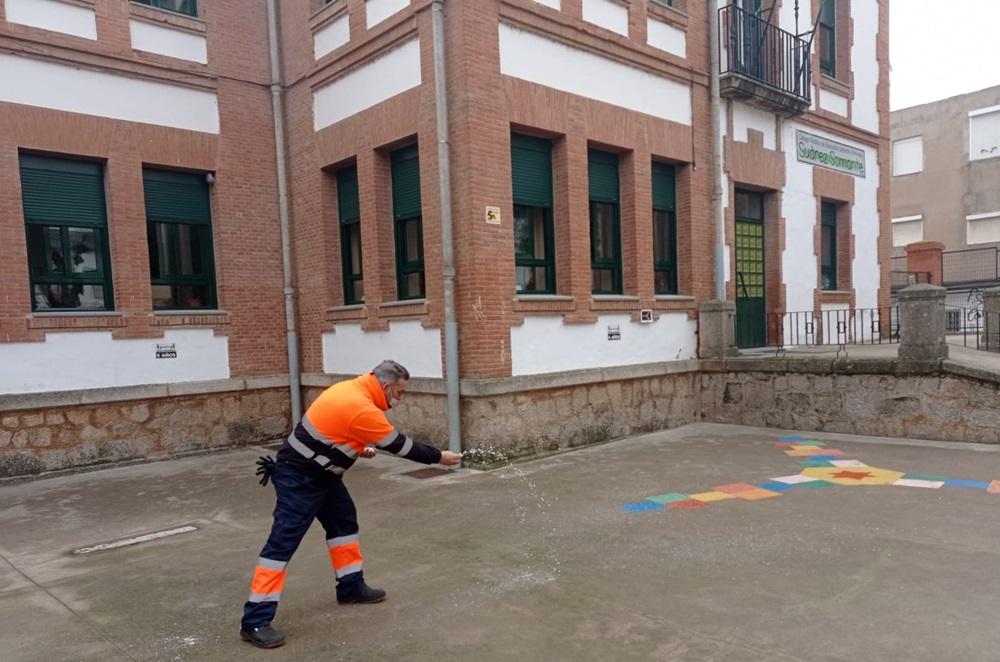 Operarios municipales echan sal en la ciudad de Mérida para evitar placas de hielo