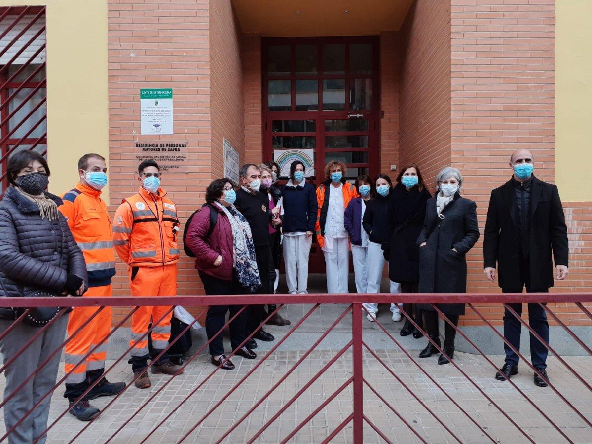 Usuarios y trabajadores de la residencia González Barrero de Zafra reciben 75 viales de la vacuna