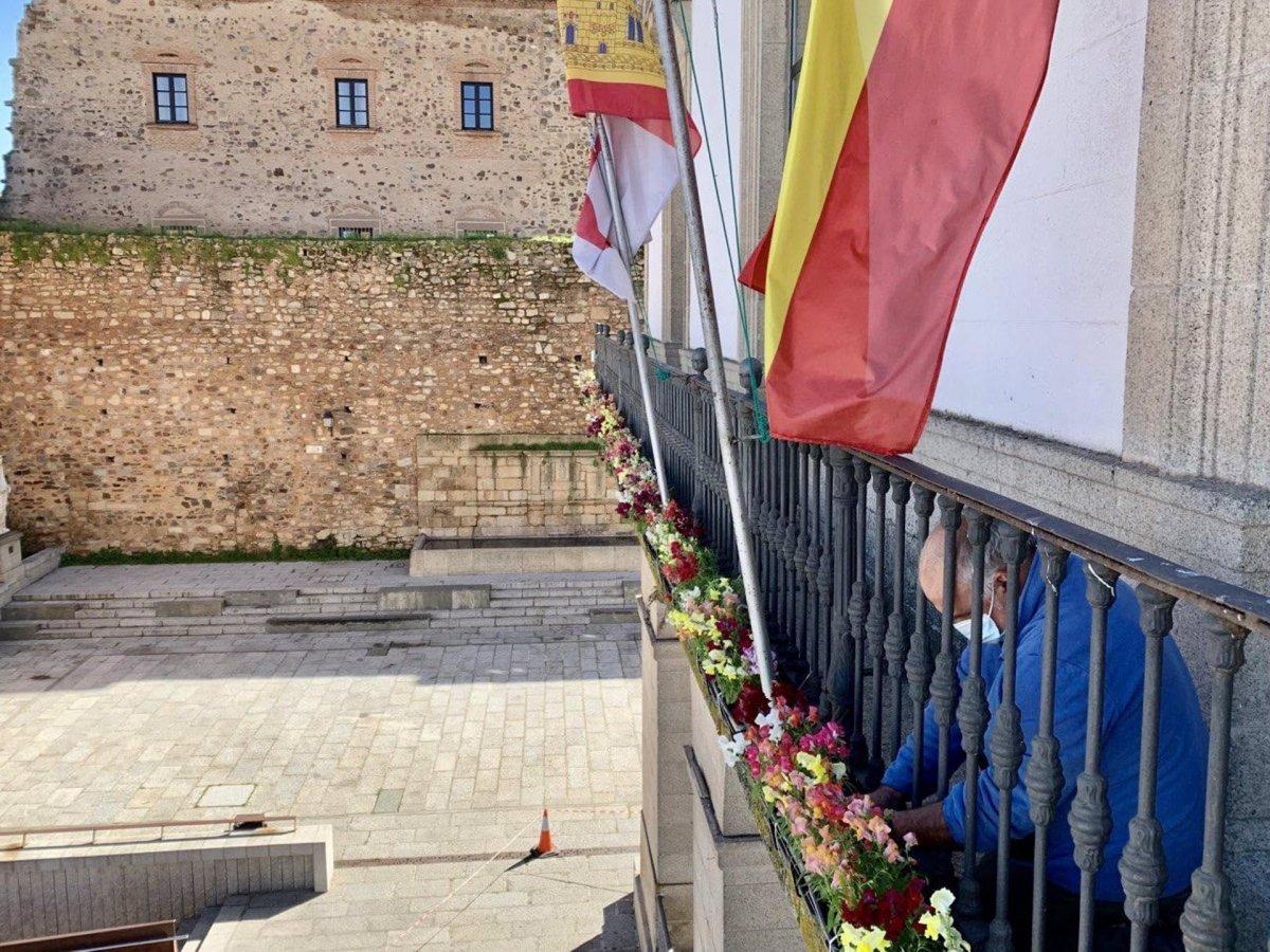 Cáceres decora el balcón del ayuntamiento con flores de temporada