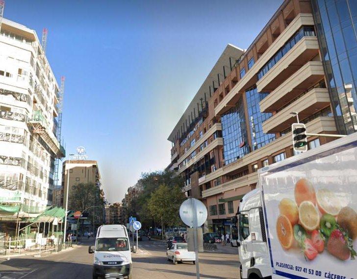 Trasladan al hospital a un joven tras colisionar una moto y una furgoneta en el centro de Cáceres