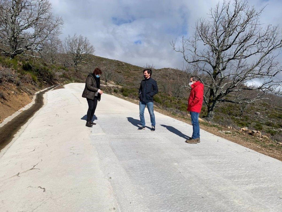 La Diputación de Cáceres mejora al acceso al Pico Pitolero en Cabezabellosa