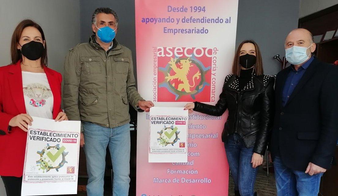 """Asecoc distribuye el sello """"Establecimiento Verificado"""" entre los locales de Coria que cumplen los protocolos sanitarios"""