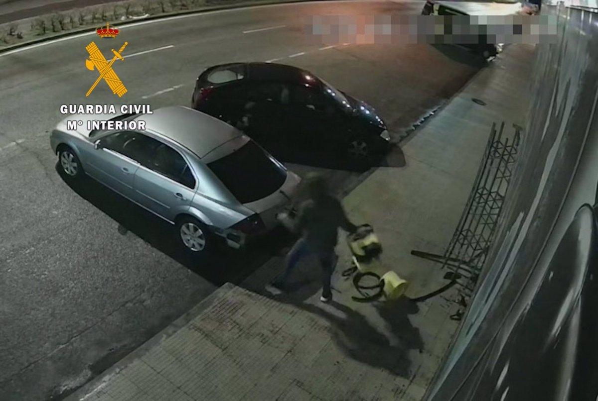 Estrellan un coche contra un escaparate de Navalmoral de la Mata para robar