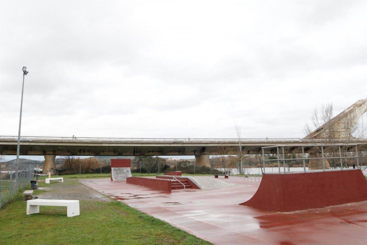 El skate park del Guadiana ya cuenta con iluminación, bancos y una fuente