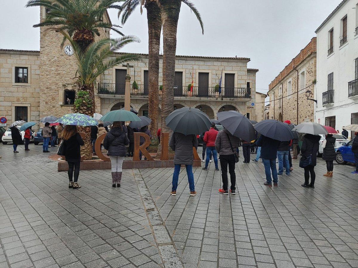 Cerca de 200 hosteleros de Coria salen a la calle para pedir la reapertura de sus negocios