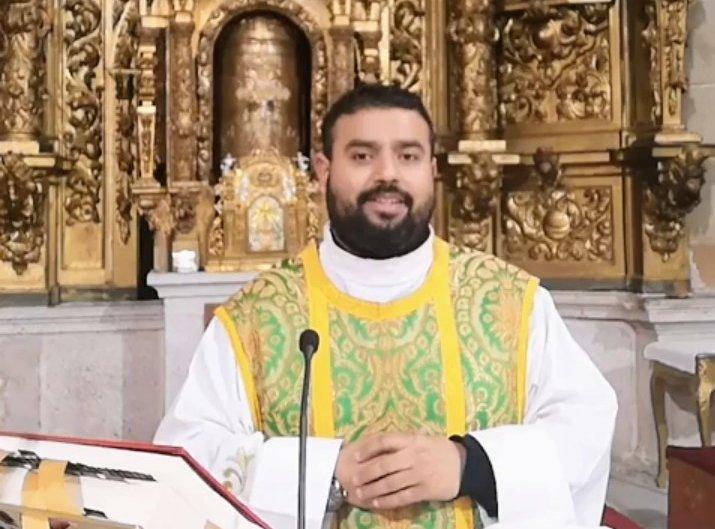 El párroco de Hoyos y San Martín de Trevejo que traslada la Iglesia a Tik Tok